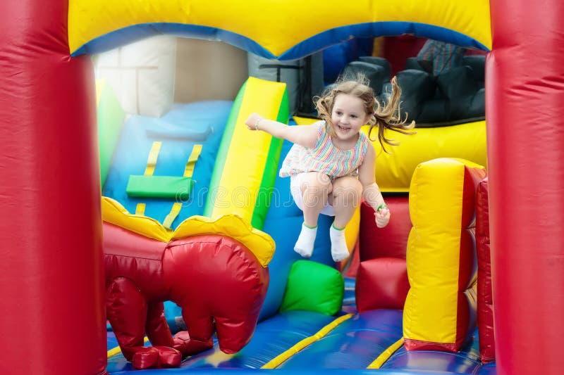 Das Kind springend auf Spielplatztrampoline Kinder springen lizenzfreie stockfotos