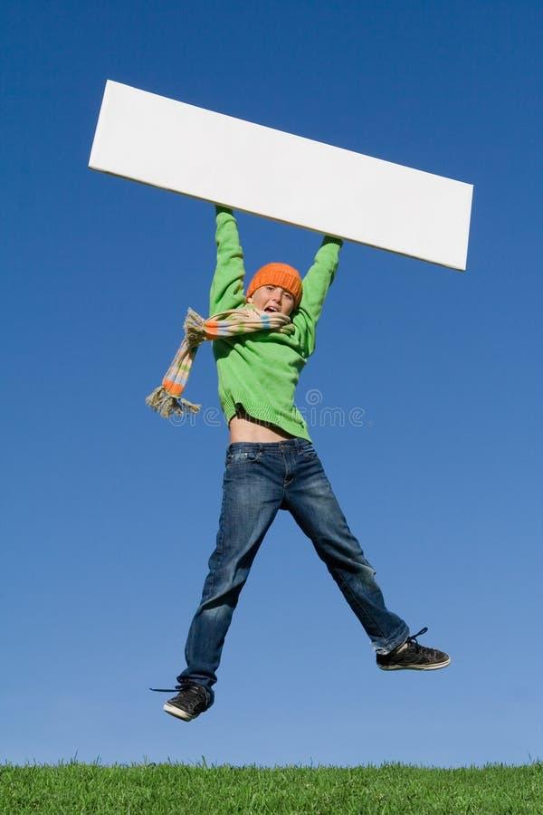 Das Kind springend mit unbelegtem Zeichen stockfotos