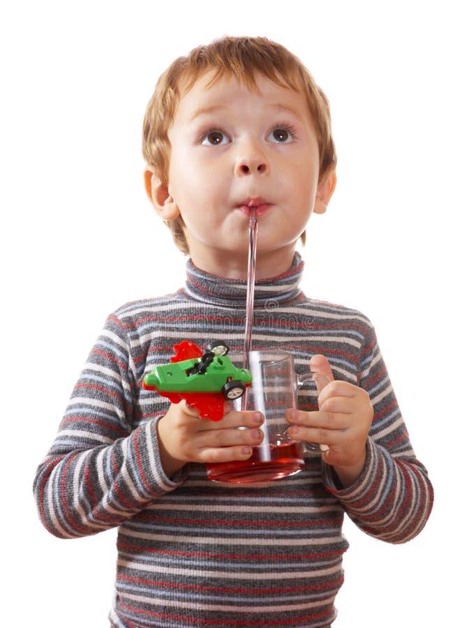 Das Kind trinkt Saft stockfoto