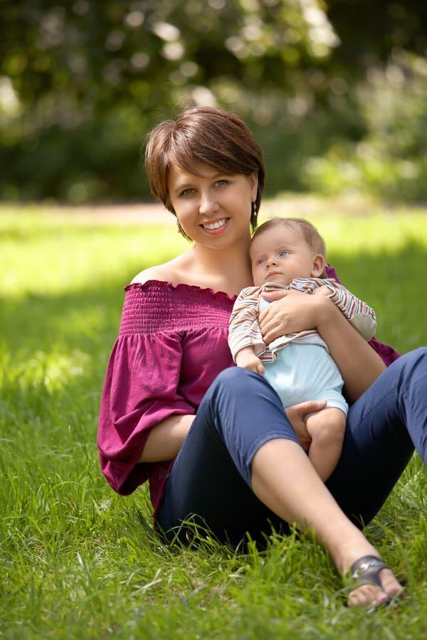 Das Kind und die Mama stockfotos