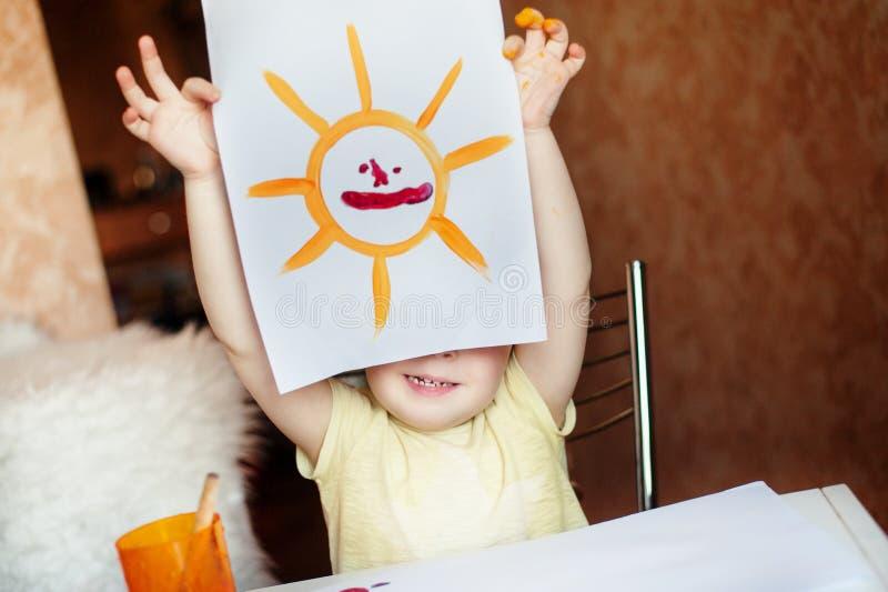 Das Kind zeigt das Bild stockfotos