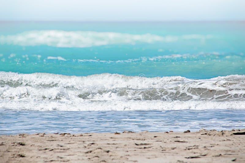 Das klare T?rkismeer des Atlantiks, auf dem wei?e Wellen sind ?ber ihm ist der blaue Himmel Es ist in den Karibischen Meeren lizenzfreie stockfotos