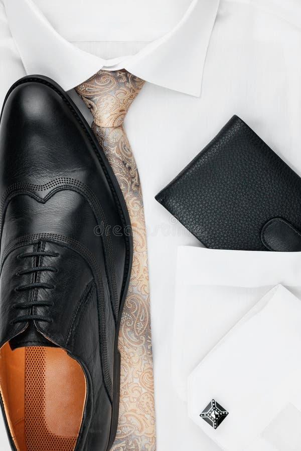 Das klassische Zubehör der Männer: Hemd, Bindung, Schuhe, als Hintergrund stockfotografie