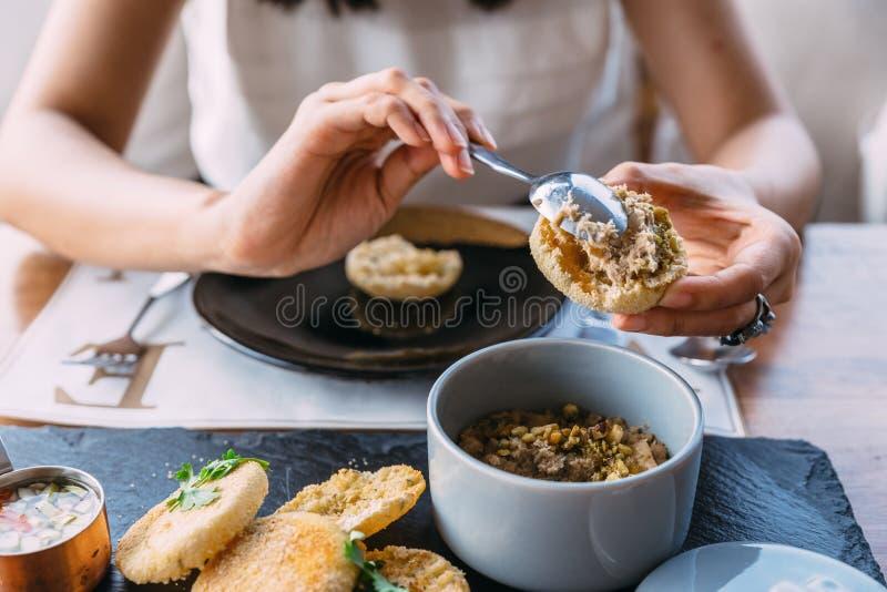 Das Kleben des gegrillten Schweinefleisch überstieg mit Koriander auf einem Belag des englischen Muffins mit in Essig eingelegtem stockfotos