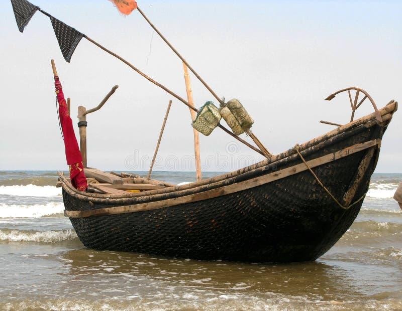 Das kleine Boot auf dem leichten Strand stockfoto