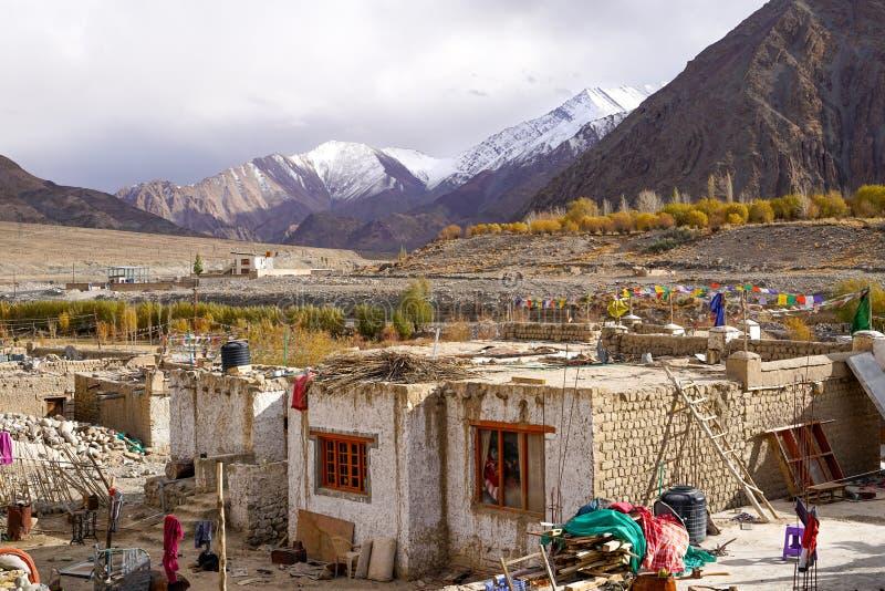 Das kleine Dorf auf dem Weg zu Leh stockfotos