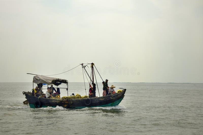 Das kleine Fischerboot auf der hohen See lizenzfreies stockbild