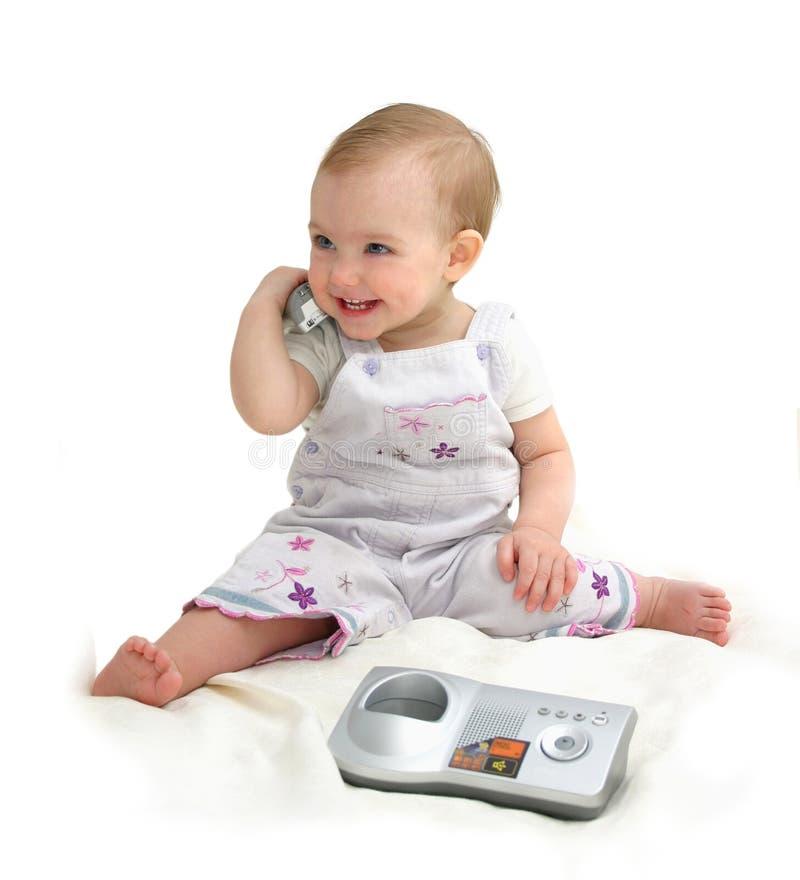 Das kleine Kind mit Telefon stockfotos