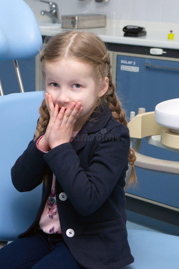 Das kleine Mädchen überprüft in der zahnmedizinischen Klinik lizenzfreie stockfotos
