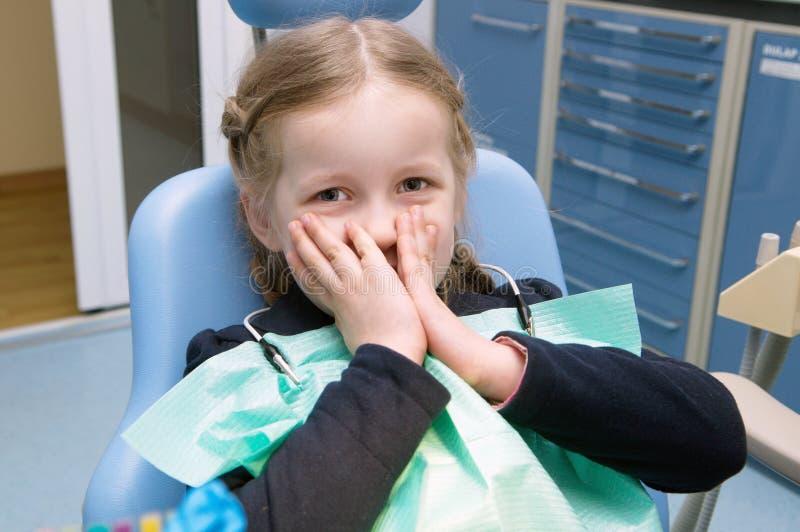 Das kleine Mädchen überprüft in der zahnmedizinischen Klinik stockfotos