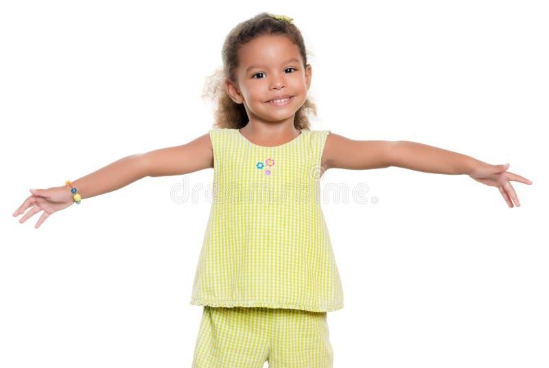Das kleine Mädchen, das mit ihren breiten Armen lächelt, öffnen sich lizenzfreies stockfoto