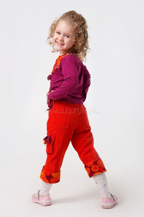Das kleine Mädchen in der bunten Kleidung stockfotos