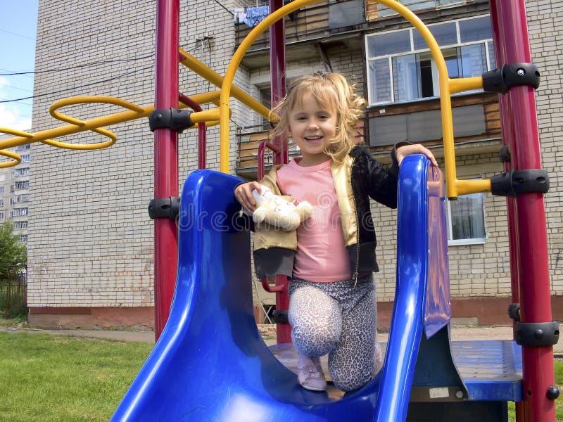 Das kleine Mädchen in einem Babyschwingen stockfotos
