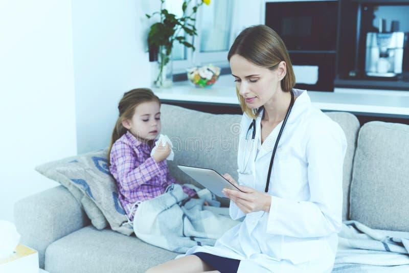 Das kleine Mädchen fiel krank Ein Doktor kam, sie zu sehen Das Mädchen brennt ihre Nase in einer Serviette durch Der Doktor füllt stockbild