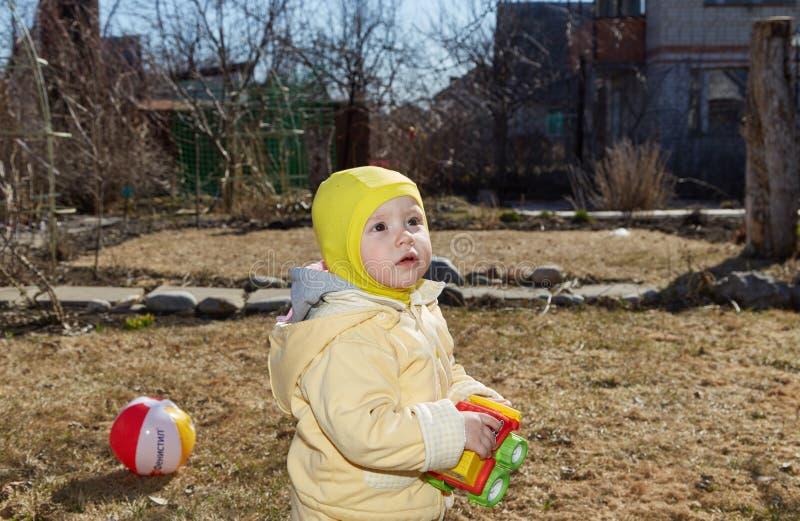 Das kleine Mädchen geht auf einen Rasen lizenzfreie stockfotos