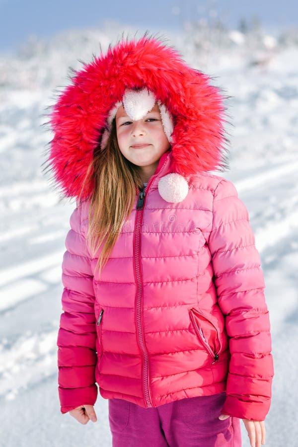 Das kleine Mädchen im Schnee stockfotografie