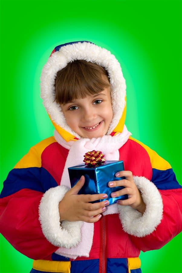 Das kleine Mädchen mit einem Geschenk stockfotografie