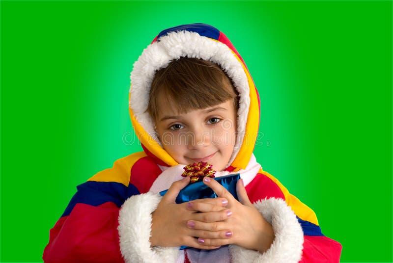 Das kleine Mädchen mit einem Geschenk lizenzfreie stockfotos