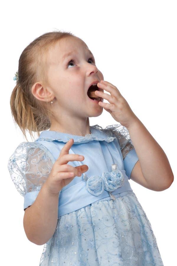 Das kleine Mädchen mit einer Schokolade. stockfotografie