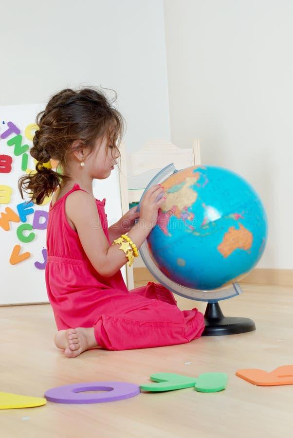 Das kleine Mädchen mit Kugel lizenzfreies stockfoto
