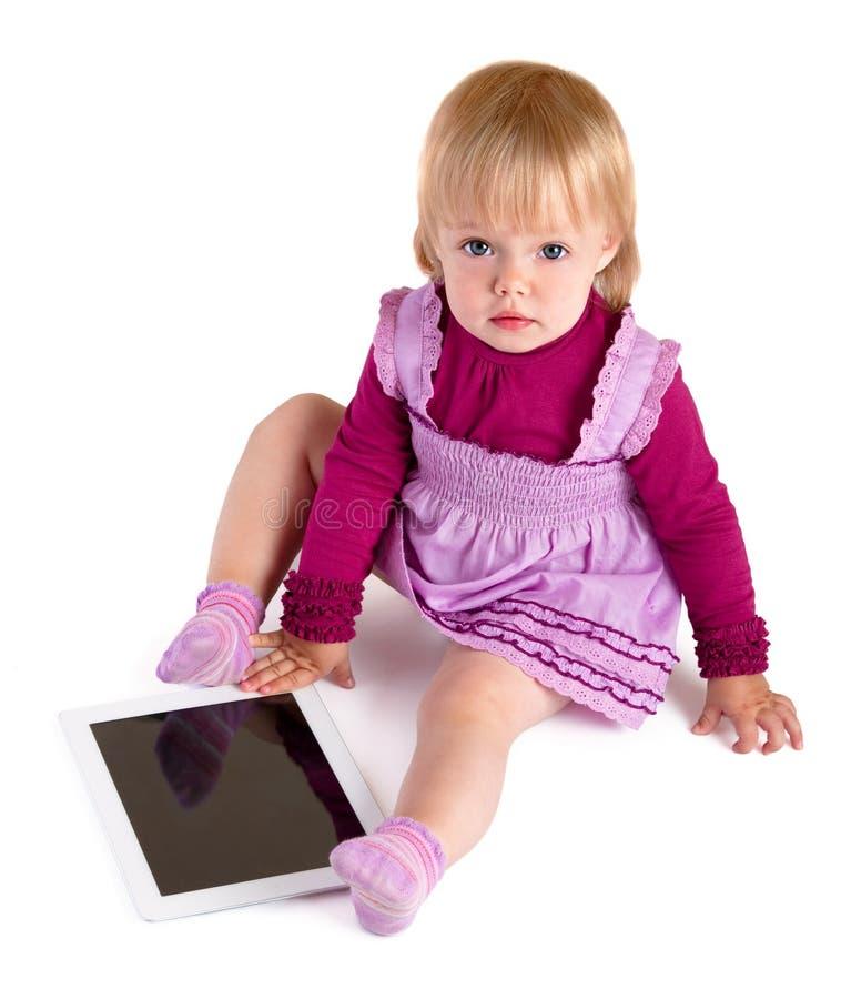 Das kleine Mädchen mit Tabelle stockfotos