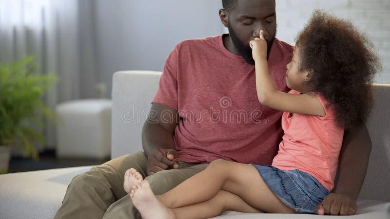 Das kleine Mädchen, das mit Vatis spielt, riechen, Verbindung zwischen Kindern und Eltern lizenzfreie stockfotos