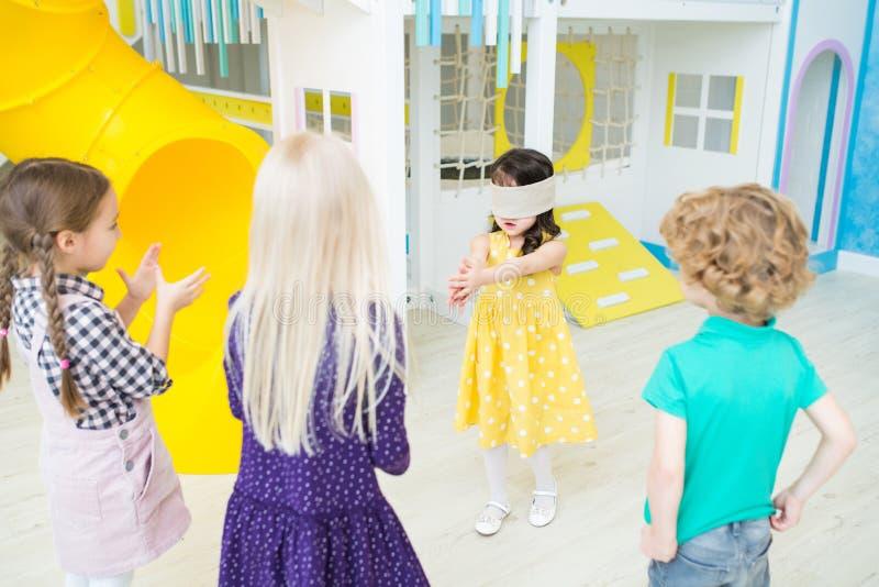 Das kleine Mädchen, das Umbau spielt, verband die Augen lizenzfreie stockfotos