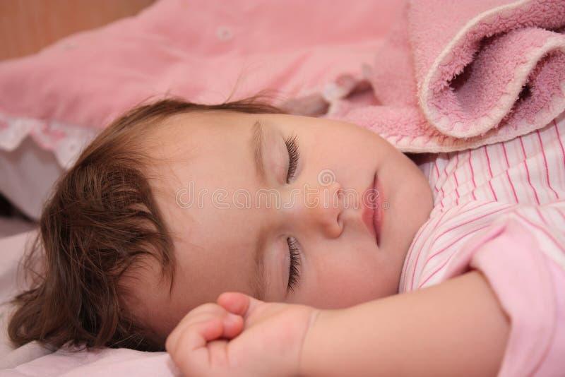 Das kleine schlafende Mädchen stockbilder