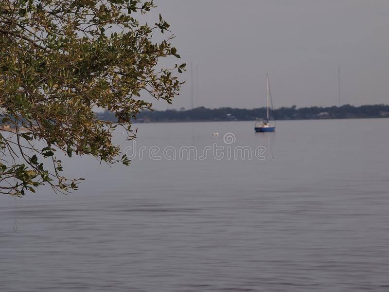 Das kleine Segel-Boot stockfoto