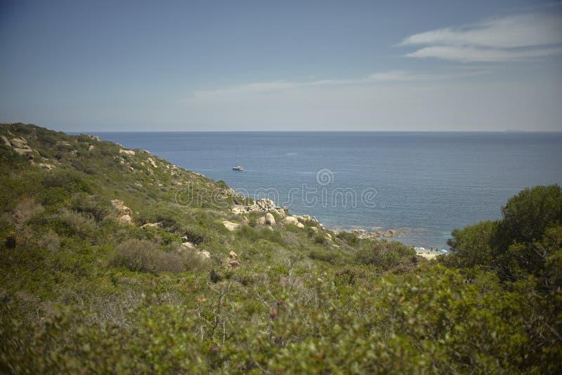 Das kleine Segelboot vor der Mittelmeerküste stockfotos