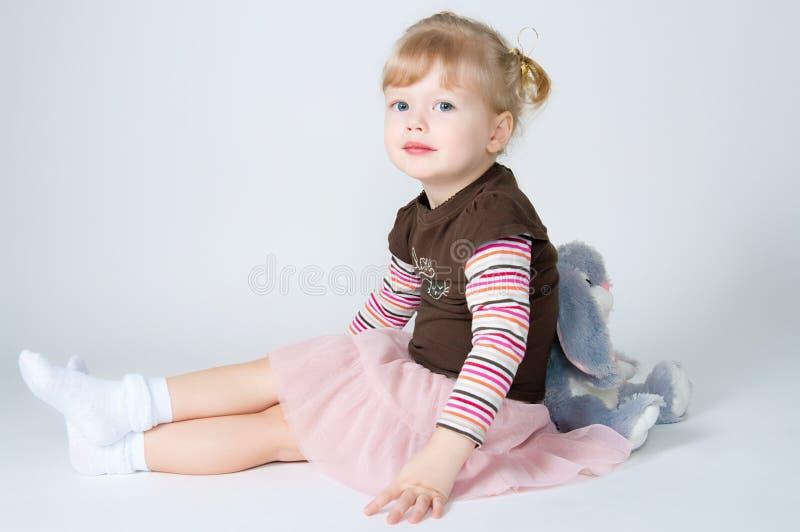 Das kleines Mädchen- und Spielzeugkaninchen lizenzfreie stockfotografie