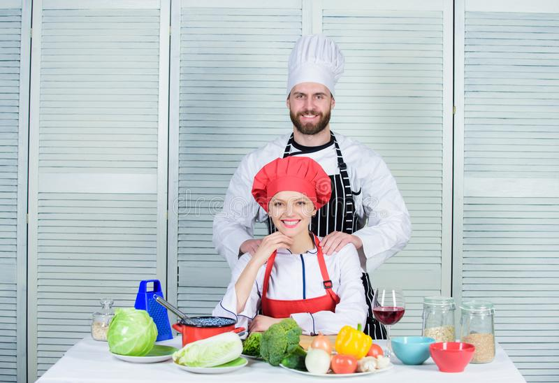 Das Kochen mit Ihrem Gatten kann Verhältnisse verstärken Kulinarische Partner der Frau und des bärtigen Mannes Entscheidendes Koc stockfotografie