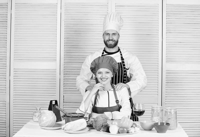 Das Kochen mit Ihrem Gatten kann Verh?ltnisse verst?rken Kulinarische Partner der Frau und des b?rtigen Mannes Entscheidendes Koc lizenzfreie stockbilder