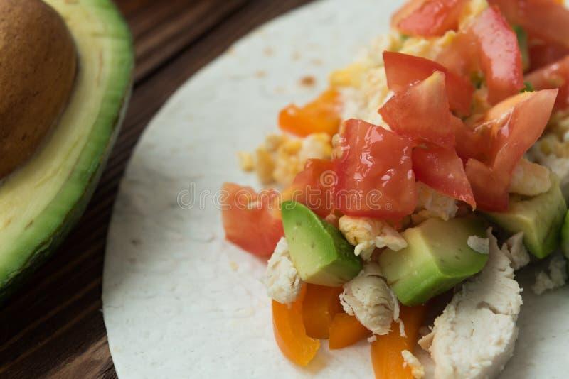 Das Kochen von Gefrierschrankfrühstück Burritos auf Maistortilla überstieg mit Käse stockfoto