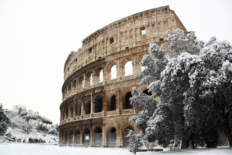 Das Kolosseum abgedeckt durch Schnee stockfoto
