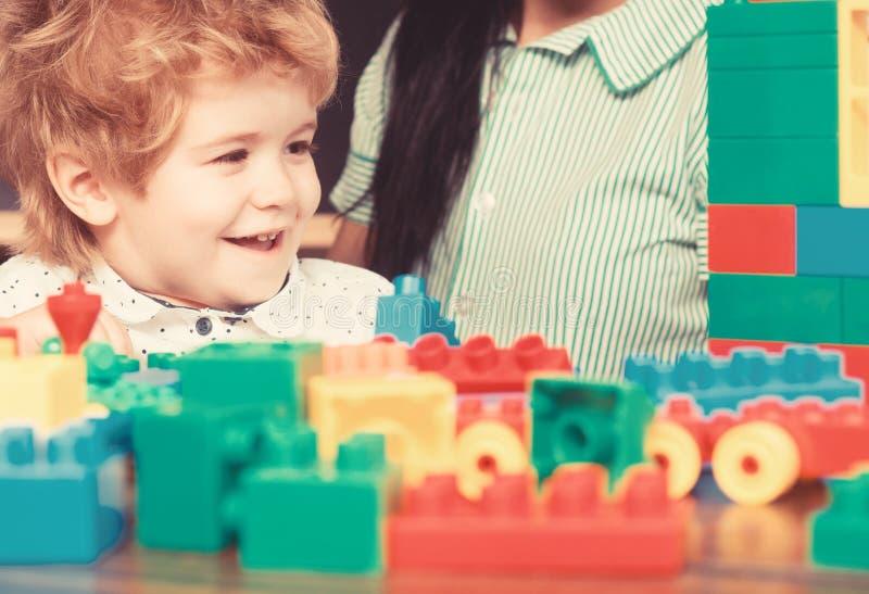 Das Konstruieren mit buiding Blöcken des Spielzeugs ist Spaß stockfotografie