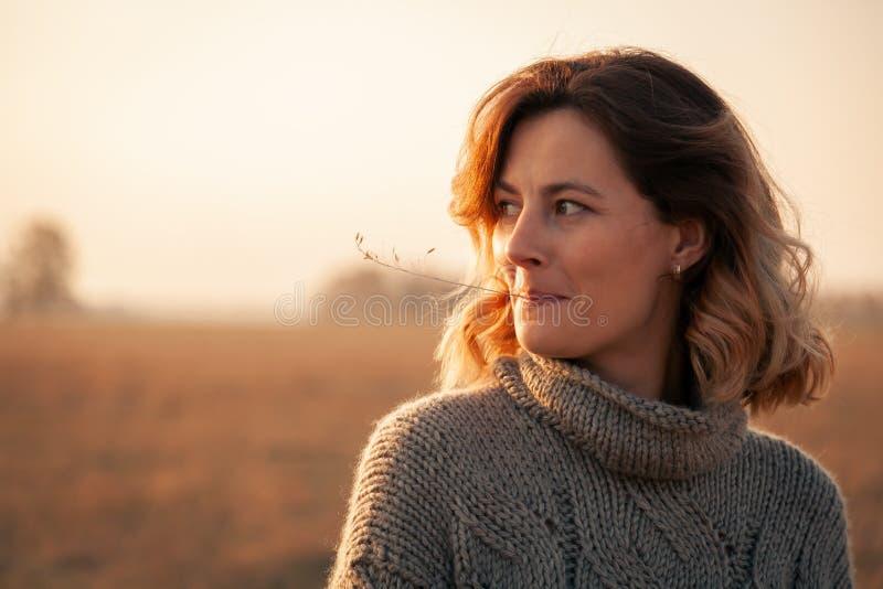 Das Konzept der Einheit der Frauen und der Natur, ruhige Stimmung, umweltfreundliches Leben stockfotos