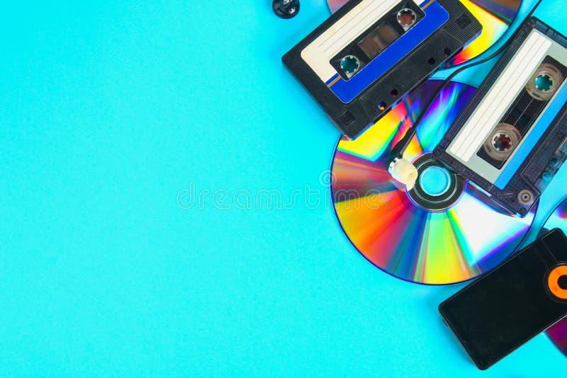 Das Konzept der Entwicklung von Musik Kassette, CD-Scheibe, MP3-Player Weinlese und Modernität Musikunterstützung lizenzfreies stockfoto