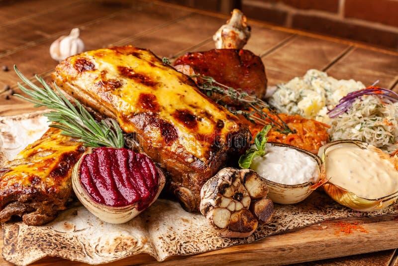 Das Konzept der europäischen Küche im tschechischen Restaurant Teller auf der großen Firma auf einem hölzernen Brett Sauerkraut,  stockbild