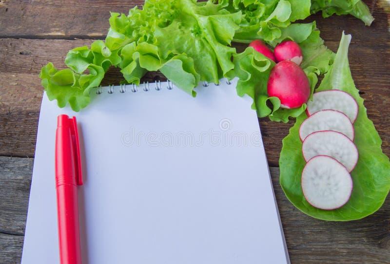 Das Konzept der gesunder Ernährung, Diät, Kopfsalat, Notizblock, Kopienraum stockfoto