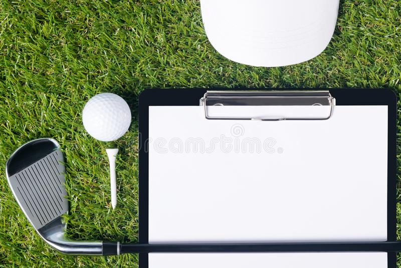 Das Konzept der Golfausrüstung von und der Tabletten für das Ergebnis des Spiels stockfotos