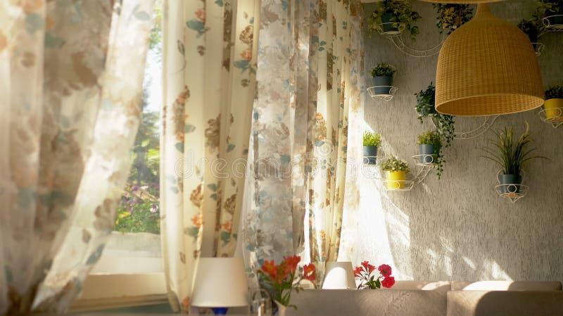 Das Konzept der Innenfenster gro?e bodenlange Fenster verziert mit Blumendruckvorh?ngen und -Hausmauer stockbilder