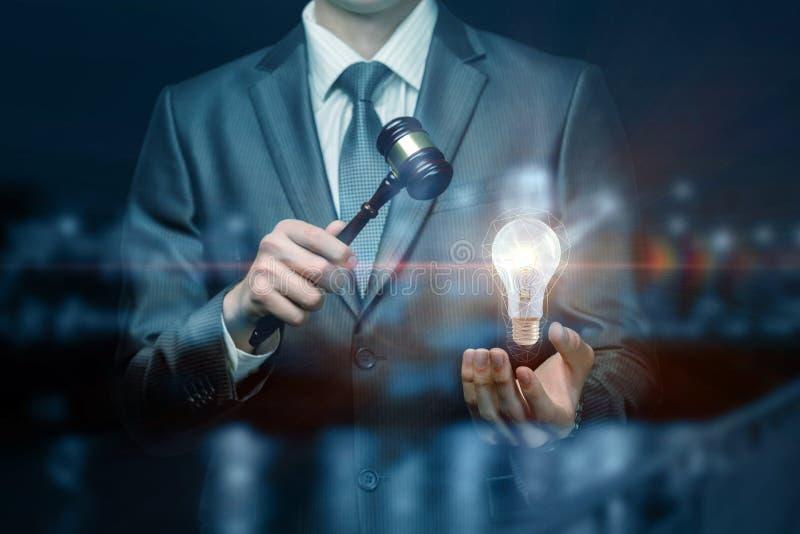 Das Konzept der innovativen Idee des Haltens von Auktionen stockfoto