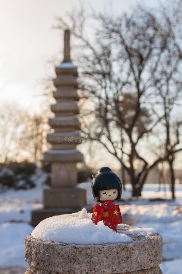Das Konzept der japanischen Gewohnheit des Bewunderns des Schnees stockbild