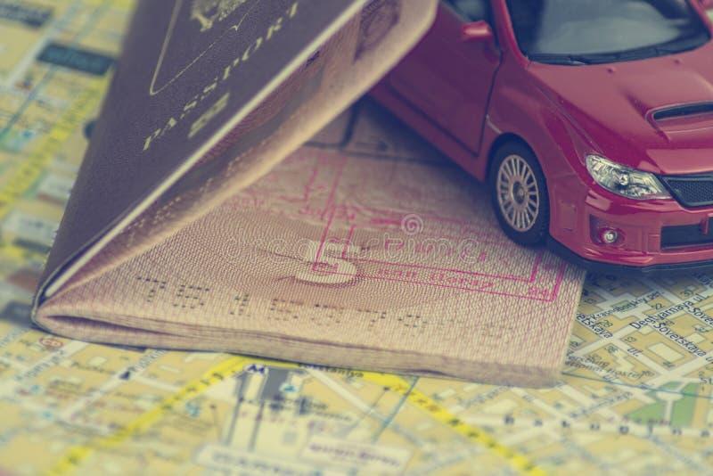 Das Konzept der Selbstreise, Pass, Modell eines roten Autos auf einer Hintergrundkarte stockbilder
