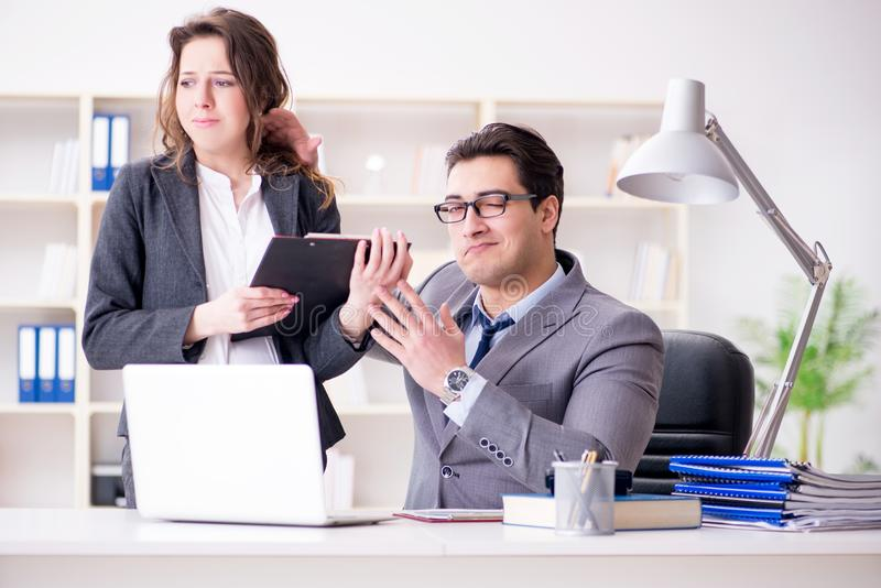 Das Konzept der sexuellen Belästigung mit Mann und Frau im Büro lizenzfreies stockbild