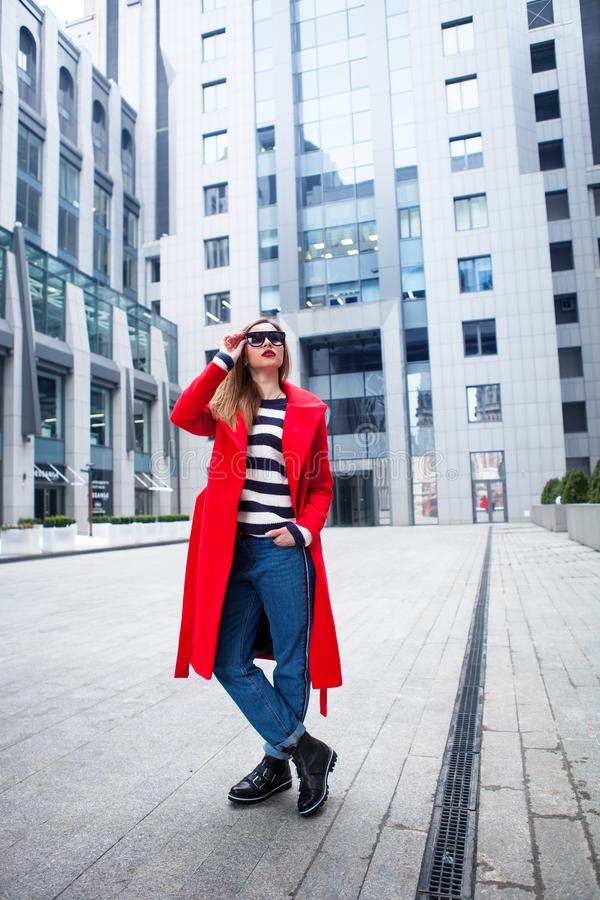 Das Konzept der Straßenmode Junges schönes Modell in der Stadt Tragende Sonnenbrille der schönen blonden Frau lizenzfreies stockfoto