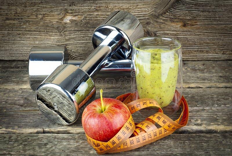 Das Konzept des Gewichtsverlusts, grüner Smoothie lizenzfreie stockfotografie