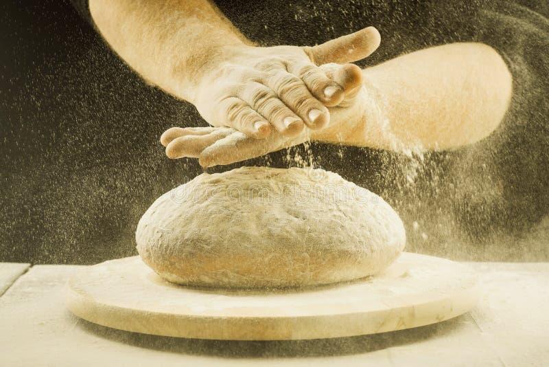 Das Konzept des knetenden Brotes stockfotografie