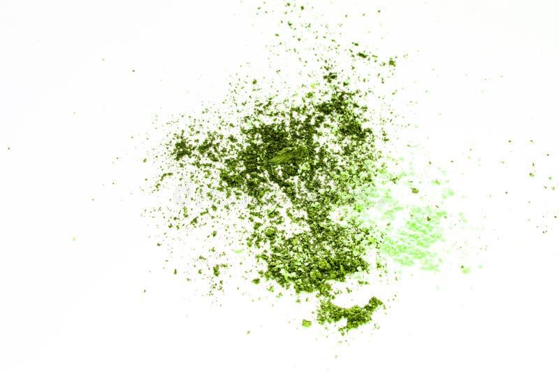 Das Konzept des Makes-up, Lidschattenolivgrün zerstreut auf einen weißen lokalisierten Hintergrund lizenzfreies stockfoto